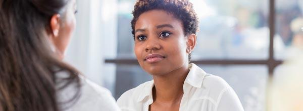 mulher em profissão de terapeuta observando