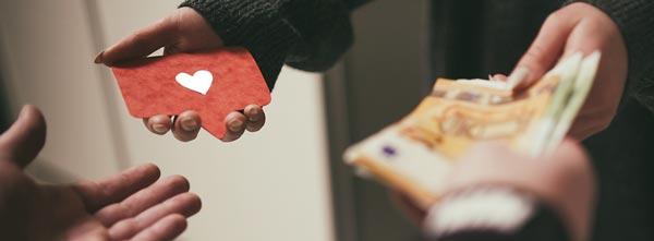 mãos em troca: terapeuta recebendo pagamento em dinheiro por trabalho de amor e cura