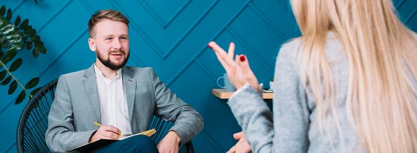 terapeuta atuando em empresa, conversando com colaboradora