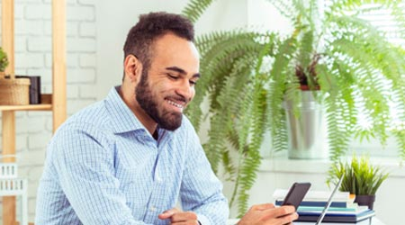 terapeuta feliz no celular agendando atendimento