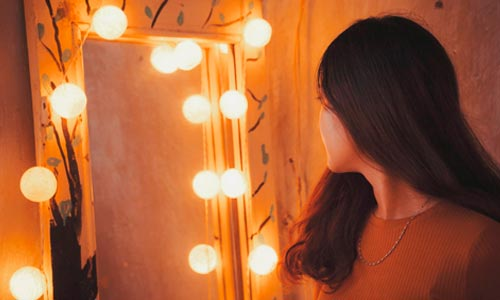 mulher em espelho - autoconhecimento