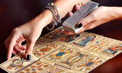 terapeuta tirando cartas do tarot - arquétipos junguianos